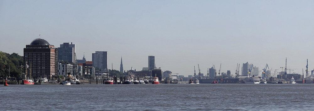 Mein Hamburg - fotografiert von der Elbe Richtung Hamburger Hafen - Jonas Zander